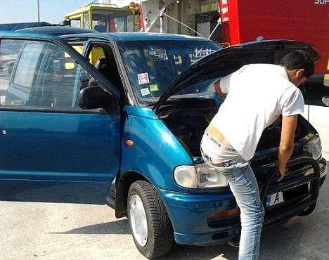 article013161e76000005d - Inmigrante afgano pasó 20 horas escondido bajo el capó de un coche